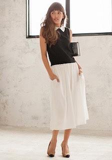 黒のポロシャツ×白フレアロングスカート×ヒール
