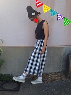 7グレーのスリッポン×黒ノースリブトップス×チェック柄マキシ丈スカート