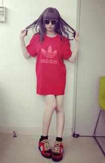 2赤Tシャツ×赤スニーカー