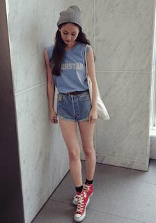 3青Tシャツ×デニムショートパンツ