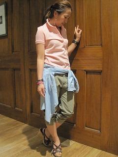 10ピンクのポロシャツ×カーゴパンツ×青シャツ