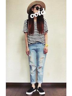 3黒のスリッポン×デニムパンツ×白黒ボーダーTシャツ