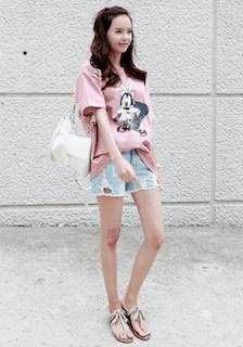 5ピンクTシャツ×ショートデニムパンツ