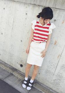 5赤Tシャツ×白タイトスカート