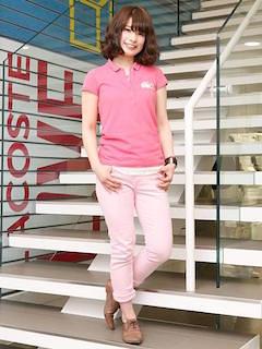 1ピンクのポロシャツ×ピンクデニムパンツ×革靴