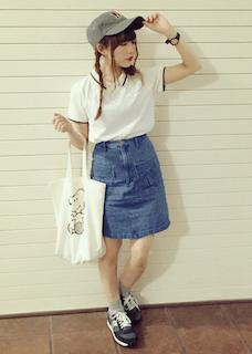 4白のポロシャツ×デニムタイトスカート×キャップ