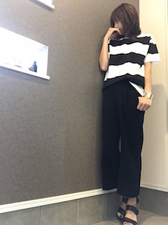 8ボーダーTシャツ×黒ワイドパンツ