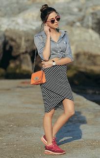 3グレーシャツ×ボーダータイトスカート