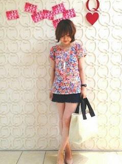 1花柄Tシャツ×黒ショートパンツ