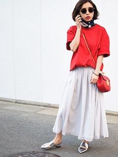 9赤Tシャツ×マキシ丈スカート