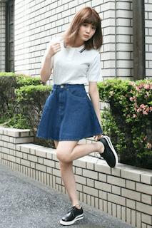 1白のポロシャツ×デニムフレアスカート×スニーカー