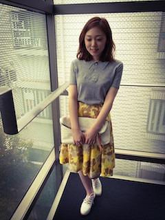 3グレーのポロシャツ×花柄ぼかしスカート×白クラッチバック