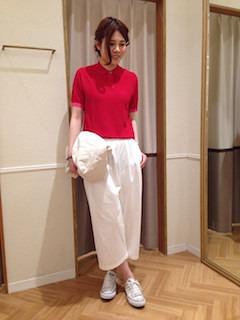 6赤のポロシャツ×白ガウチョパンツ×白スニーカー