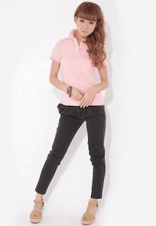 4ピンクのポロシャツ×黒デニムパンツ×アンクルトップサンダル