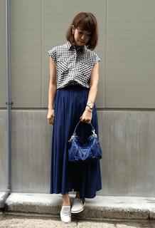 2グレーのスリッポン×ギンガムチェックシャツ×マキシ丈スカート