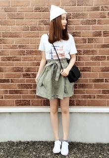 白のニット帽×白のTシャツ×カーキのスカート