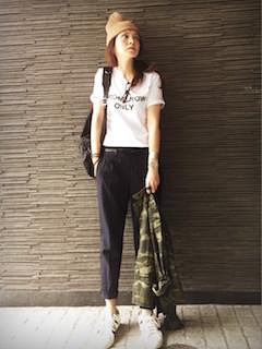ベージュのニット帽×白のTシャツ×黒のパンツ