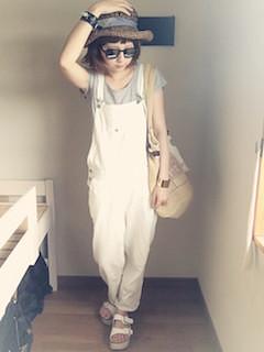 麦わら帽子×白のオーバーオール×グレーのTシャツ