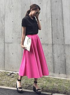黒のポロシャツ×ロングスカート×ウエッヂソールサンダル