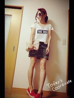 赤のスリッポン×カモフラ柄ミニスカート×Tシャツ