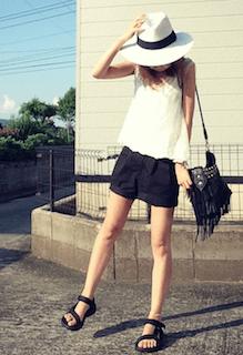 白のハット×白のトップス×黒のショートパンツ