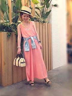 カンカン帽×ピンクのロングワンピース×サンダル