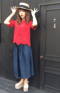 カンカン帽×赤のトップス×ロングスカート