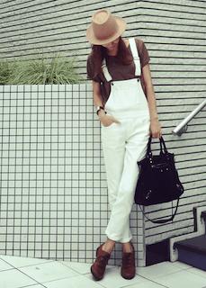白のサロペット×茶色のTシャツ×革靴