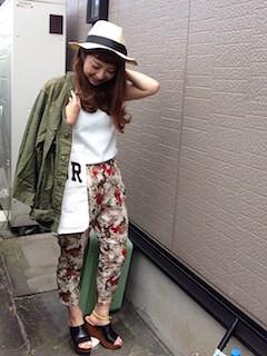 白のハット×白のシャツ×柄のパンツ