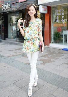 6花柄のチュニック×白デニムパンツ×白厚底サンダル