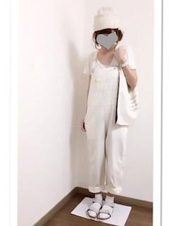 1白のサロペット×白Tシャツ×白ニット帽子