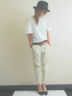 黒のハット×白のシャツ×白のパンツ