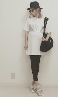 8レディースリュック×白Tシャツ×白タイトスカート