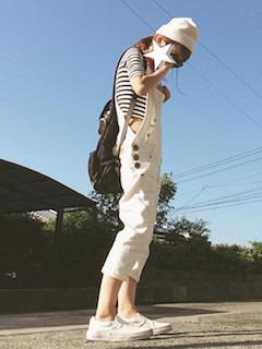 6白のサロペット×ボーダーTシャツ×白ニット帽子
