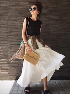 1レディースクラッチバッグ×黒ノースリーブ×白ロングスカート