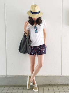 4レディーストートバッグ×白Tシャツ×ショートパンツ