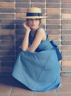 カンカン帽×青のロングワンピース