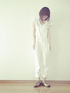 11白のサロペット×白Tシャツ×スニーカー