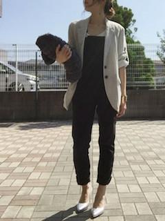 7グレーのテーラードジャケット×サロペット×白ヒール