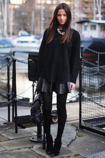 1黒のニットセーター×レザーミニスカート×ブーティー