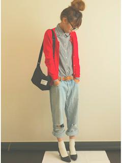 シャツ×赤カーディガン×ジーンズ
