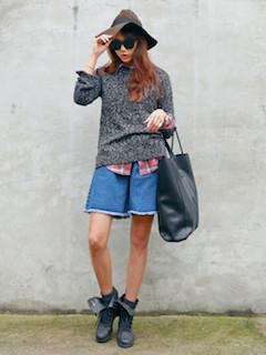 5グレーのニットセーター×ショートパンツ×チェックシャツ
