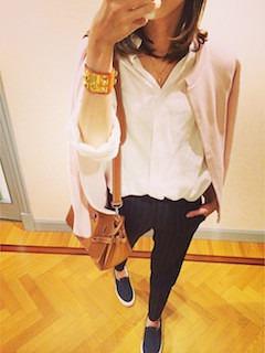 9ピンクのカーディガン×白シャツ×黒デニム