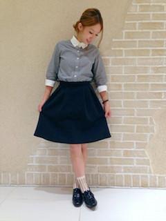 9グレーシャツ×フレアスカート×ローファー