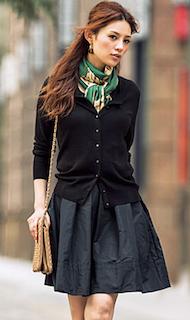 6黒のカーディガン×フレアミニスカート×柄スカーフ