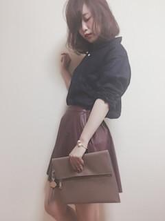 8黒シャツ×レザーミニスカート×クラッチバッグ