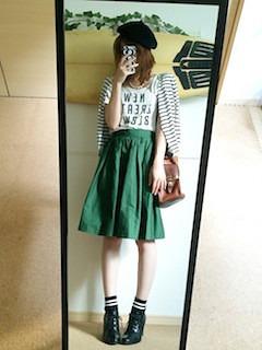 1ボーダーのカーディガン×プリントTシャツ×緑のフレアスカート