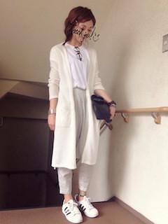 2白のカーディガン×白Tシャツ×スゥエットパンツ