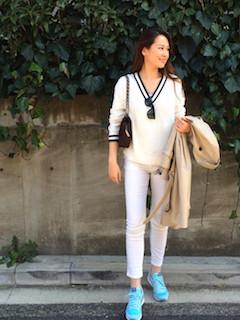 7白ニット・セーター×白ジーンズ×水色スニーカー