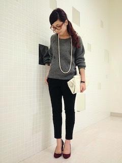 8グレーのニットセーター×黒パンツ×赤ヒール